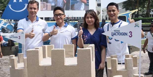 Stephen King, Category Marketing Manager Nestlé LACTOGEN 3 ActivGro Lendi Yuwarlian, Rini Hildayani, M.Si., dan Choky Sitohang di tengah Happy Beach