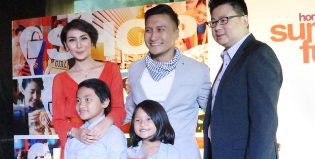 Simon Wong bersama keluarga Arie K. Untung yang berbagi cerita liburan di Hong Kong