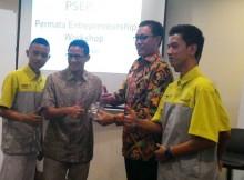 Foto: penerimaan penghargaan oleh Permata Bank