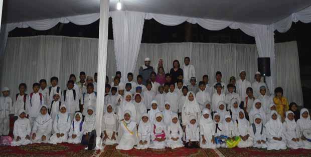 Anak-anak bersama KH Taufiqurrahman, Ibu Reni A. Daniel, Bapak Richard Daniel Gerard, dan kedua putrinya, Aisha dan Rachel