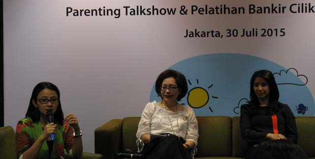 Psikolog Vera Itabiliana, Leila Djafaar -EVP Head, Corporate Affairs Permata Bank, dan Novita Anggie dalam parenting talkshow