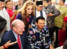 Gubernur DKI Jakarta Ir. Basuki Tjahaja Purnama, Chairman of the  Executive Board and Family Board of E. Merck KG Dr. Frank Stangenberg  Haverkamp, dan Vice President Head of Global Business Resp