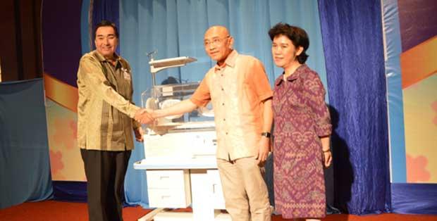 Mr.Masaaki Takahashi-President Director PT. Unicharm Indonesia bersama Ketua IDAI DR. dr Aman Bhakti Pulungan, SpA(K), dan DR. dr. Rinawati Rohsiswatmo, SpA(K), Neonatologis RSCM