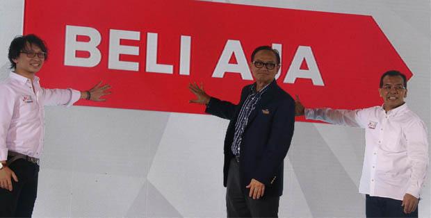Chairman MatahariMall.com Emirsyah Satar dan CEO Hadi Wenas meluncurkan MatahariMall.com disaksikan Ketua KADIN Suryo Bambang Sulisto