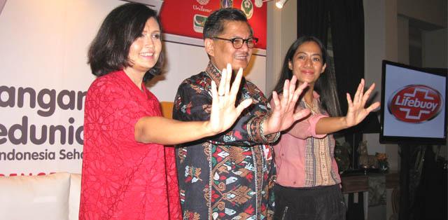 Eva Arisuci Rudjito dari Unilever, dr. Koesmedi Priharto, Sp.OT, M. Kes, dan Nia Dinata di Hari Cuci Tangan Sedunia