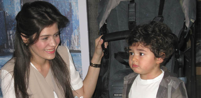 Carissa Putri dan Baby Q di peluncuran Bugaboo by Diesel Denim Collection