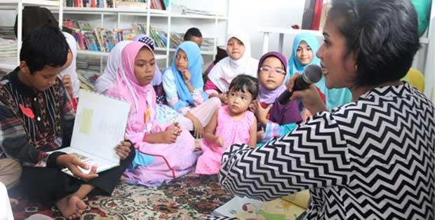 Anak-anak mendengarkan story telling di Pustaka Bulir Padi Bidaracina