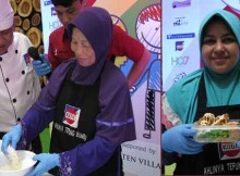 Chef Yulisman membimbing seorang mom membuat ayam goreng super crispy