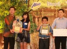 Josephine didampingi keluarga menerima penghargaan dari PT Kao Indonesia