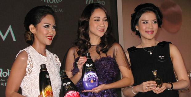 Anindya Hira Triadi dari PT Unilever Indonesia, Bunga Citra Lestari, dan pakar parfum Alina saat launching Molto Eau de Parfum