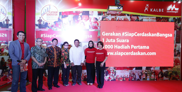 DR. Dr. Anang Endaryanto, SpA(K), DR. Dr. Ahmad Suryawan, SpA(K), Dr. Rose Mini A. Prianto, M.Psi, Helly Oktaviana, Business Unit Head Nutrition for Kids Kalbe Nutritionals dan Dewi Angraeni, Product Manager Morinaga disaat Peluncuran Gerakan Siap Cerdaskan Bangsa.