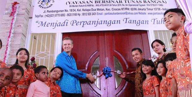 Managing Director Bosch di Indonesia Dr. Ralf von Baer bersama Pimpinan Panti Asuhan Bersinar Hara Sabam Manurung
