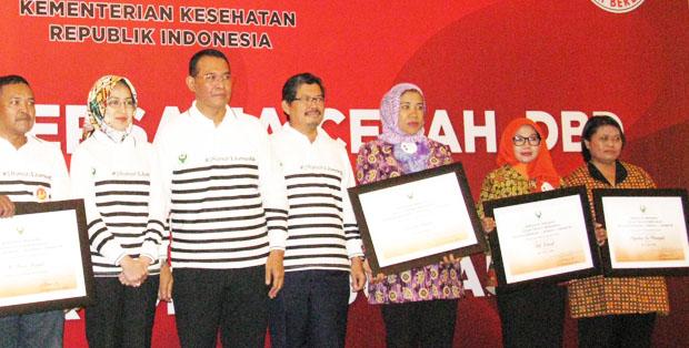 Tiga Ibu Sigap DBD menerima penghargaan di ASEAN Dengue Day 2016