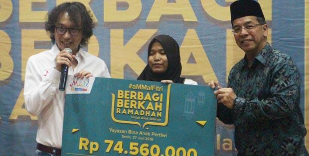 Hadi Wenas (kiri) dan  Emirsyah Satar, Chairman MatahariMall.com (kanan) menyerahkan donasi kepada Yayasan Bina Anak Pertiwi