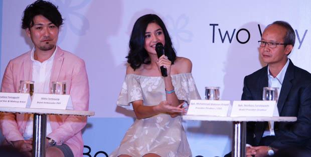 Tsukasa Yamaguchi, Mikha Tambayong dan Bapak Muhammad Maknum Arsyad, Presiden Direktur/CEO Mandom Indonesia Tbk., dalam PIXY Two Way Cake Cover Smooth Launch