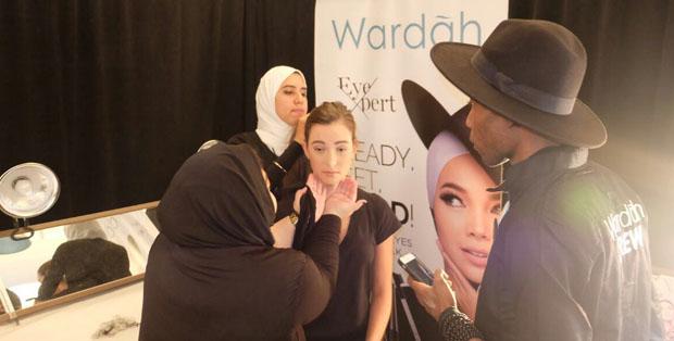 Wardah tampil dengan konsep make-up glowing