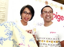 Foto : (kiri) General manager Marketing Division Pigeon, Anis Dwinastiti dan Designer Iwet Ramadhan menunjukkan botol susu yang bermotif batik saat peluncuran botol susu bermotif batik Pigeon di Seribu Rasa