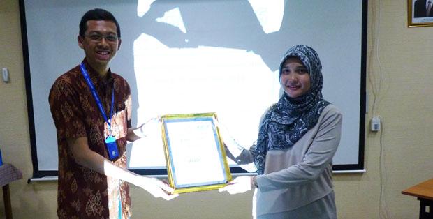 Dr. Ayijati Khairina Sp.A, BMedSci menerima penghargaan dari sponsor di GTH 2016