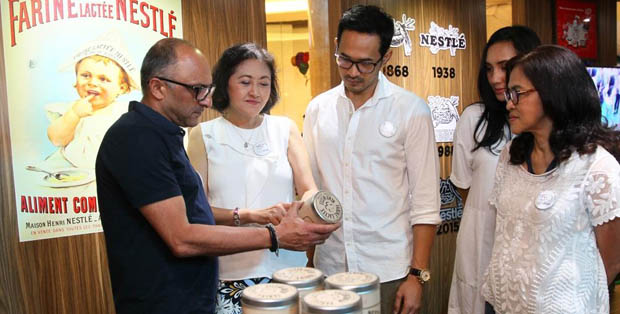 Presiden Direktur PT Nestle Indonesia Dharnesh Gordhon melihat produk Nestle pertama  Farine Lactée bersama Legal & Corporate Affairs Director PT Nestlé Indonesia Debora Tjandrakusuma, Oka Antara dan istrinya, serta dr. Fiastuti Witjaksono