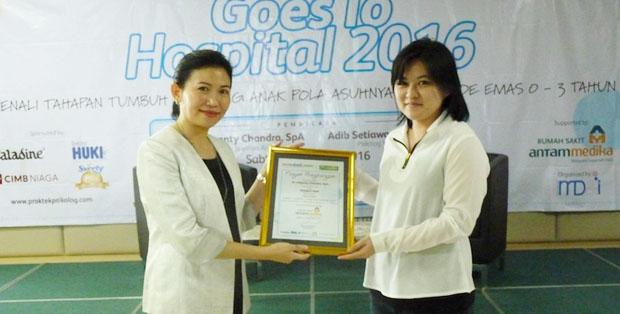 dr. Liliyanti Chandra, SpA menerima kenang-kenangan dari Product Manager Promina, Stephanie Lay