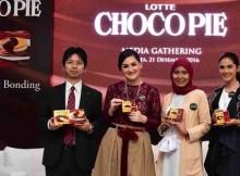Mr. Yusuke Kawabata-Marketing Manager Lotte Choco Pie, Mona Ratuliu, Oci Maharani dan Maudy Koesnaedi