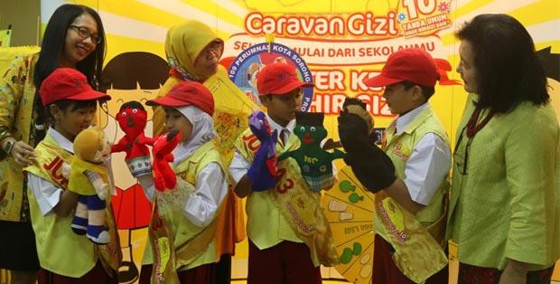 Juara III DKMG Tingkat Nasional 2016 menjelaskan proyek Aksi Mr. Mazi dari Sudut Terang kepada Windy Cahyaning Wulan dan Ketua Umum PP PDGMI Prof. Dr. Endang L. Achadi, MPH, Dr.PH