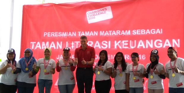 Presiden Direktur Prudential Indonesia, Jens Reisch, bersama volunteers terbaik 2016