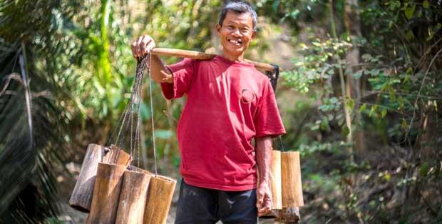 Seorang petani nira penghasil gula kelapa organik