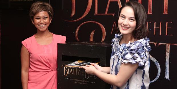 Chelsea Islan mendonasikan buku Beauty and the Beast bersama Nila Tanzil