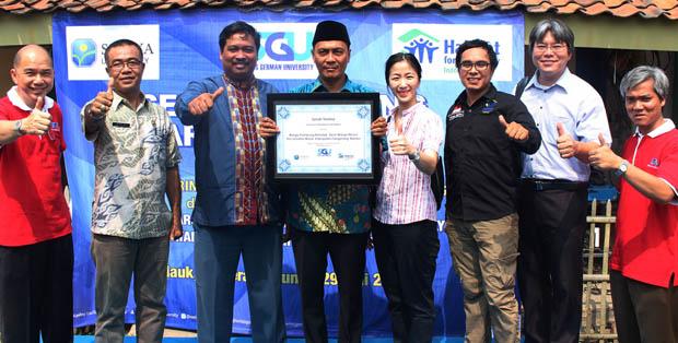 Rektor SGU, Dr. rer. nat. Filiana Santoso bersama Camat Mauk dan Kepala Desa Marga Mulya, serta Perwakilan Habitat Indonesia dan Universitas Surya