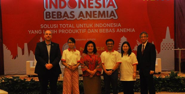 Holger Guenzel -Director of Consumer Health Division (CHD) PT Merck Tbk, Anie Rachmayani-Associate Director Marketing PT Merck, Prof. Dr. Endang L. Achadi, MPH, Dr. PH, Hikmat Hardono - Chairman Indonesia Mengajar, Lie Novita Indosary-Group Brand Manager CHD Merck, dan dr. Michael Triangto, SpKO