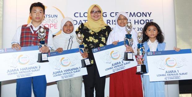 Head of Communications Hana Maharani berfoto bersama para pemenang Lomba Menulis Surat