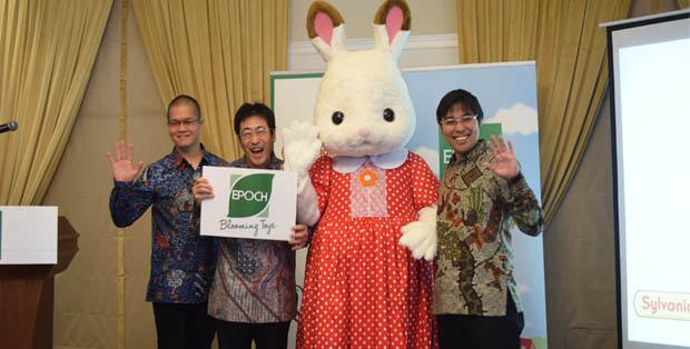 Mr. Aming Widjaya, Mr. Michihiro Maeda, Mr. Kiyo Nomura bersama mascot Sylvanian Families, Chocolate Rabit