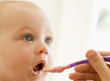 Tips Agar Si Kecil Membedakan Makanan Dengan Mainan