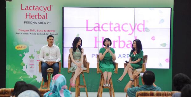 kiri ke kanan: Adi Nugroho, Donita (Brand Ambassador of Lactacyd Herbal Pesona Area V), Debi Widianti (Sr. Category Lead Feminine Hygiene Consumer Health Care Sanofi Indonesia), Tiara Puspita (Psikolog Klinis Dewasa)