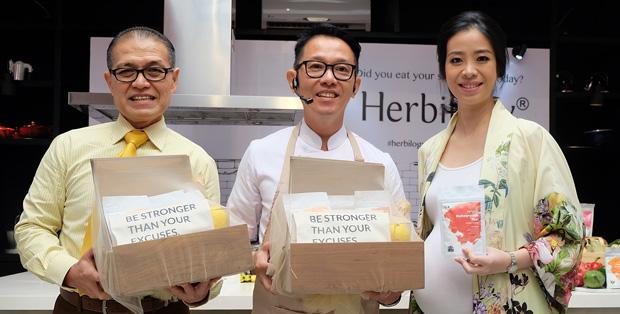 Debora Gondokusumo bersama Dr. dr. Samuel Oetoro, MS, SpGK dan Chef Eddrian Tjhia di peluncuran Herbilogy