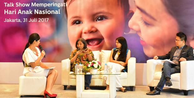 Dr. Damayanti (kedua dari kiri) bersama writer mom Artasya Sudirman serta Yongky Sentosa, Head of Personal Health Philips Indonesia