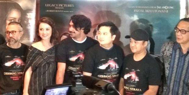 Sebagian pendukung film Gerbang Neraka: Lukman Sardi, Julie Estelle, Reza Rahadian, produser Robert Ronny, sutradara Rizal Mantovani dan Ray Sahetapi