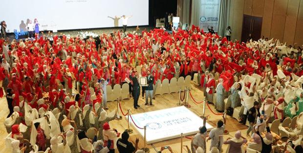 Foto : Lakish Hatalkar dan Swapnil Dangarikar berfoto bersama 629 bidan peserta
