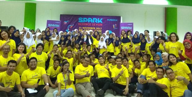 Para siswa bersama guru dan volunteer SPARK: Science is Fun