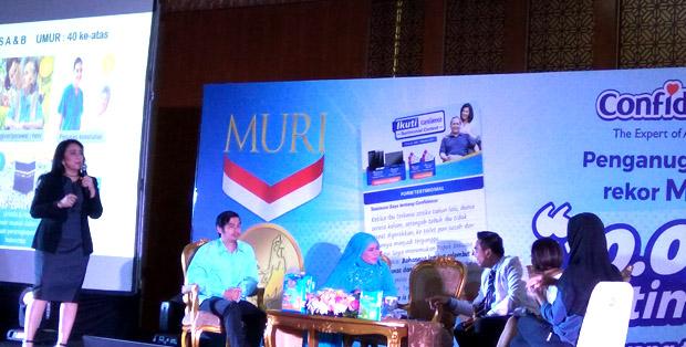 Nirma Sofiawati - Head of Marketing Adult Care PT Softex Indonesia memaparkan tentang penggunaan popok dewasa Confidence