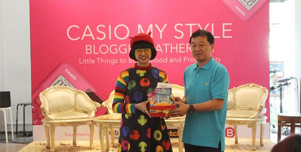 Foto : Diana Rikasari (penulis, blogger dan entrepreneur) dan Hirokazu Satoh (Chief Representative CASIO Singapore Pte.,Ltd.
