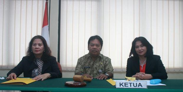Ketua BPSK Provinsi DKI Jakarta, Dariansyah, didampingi anggota majelis unsur Pelaku Usaha, Noor Ambar dan Imas Naeni