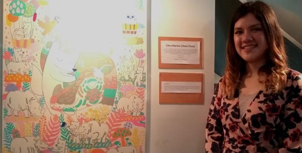 Citra Marina bersama karyanya yang menampilkan Choo Choo dengan badak Sumatera
