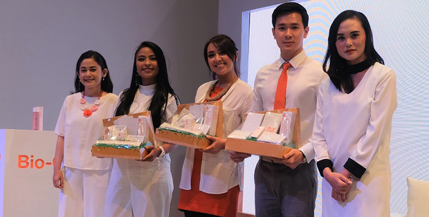 Nurhayatini, Tantri, Chua, dr. Kevin dan Ida Ayu Suksmawadanti berfoto bersama di kampanye Bio-Oil, Your Healthy SkinHabit
