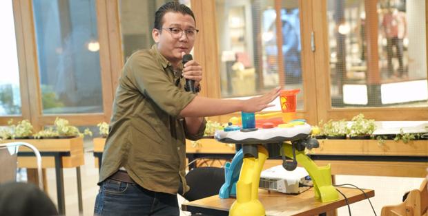Bayu Wijanarko mencontohkan cara bermain dengan  Sensory Activity Table dari seri Little Senses