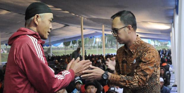 Corporate Affairs Director FFI, Andrew F. Saputro, menyambut salah satu mitra peternak yang hadir di acara Buka Bersama 5.000 Keluarga Peternak Sapi