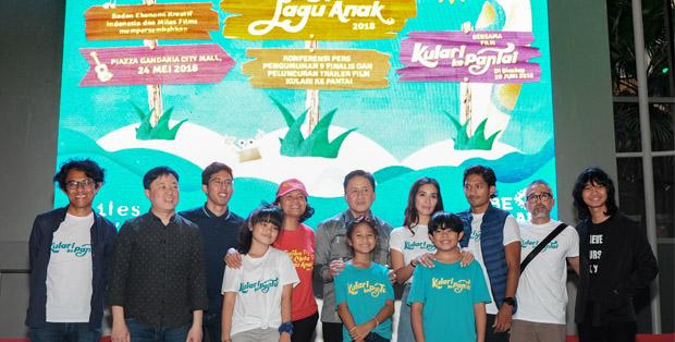 Lima finalis Lomba Cipta Lagu Anak bersama Triawan Munaf, tim film Kulari Ke Pantai dan IDS