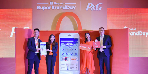 Sesi prosesi peresmian kampanye Shopee Super Brand Day [ki-ka: Daniel Minardi, Business Partnership Manager Shopee; Christin Djuarto, Director of Shopee Indonesia; Nana Mirdad, Beauty Enthusiast dan Selebriti Indonesia; dan Mr. Kim Dong Hyun, P&G Asia Pacific eBusiness Leader]