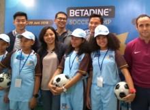 Empat peserta BETADINE® Soccer Camp bersama pelatih Alan Dixon dan Mundipharma Indonesia